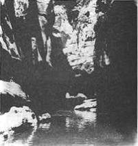 Imagen interior Cañón de Buitreras del presente artículo, probablemente gran bloque empotrado en final zona oscura